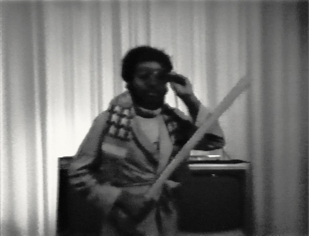 尤利西斯·詹金斯,《海量图像》(1978 年)。仍然来自有声的黑白视频,4:15。尤利西斯·詹金斯的表演。鲍勃·戴尔的视频。由艺术家提供。