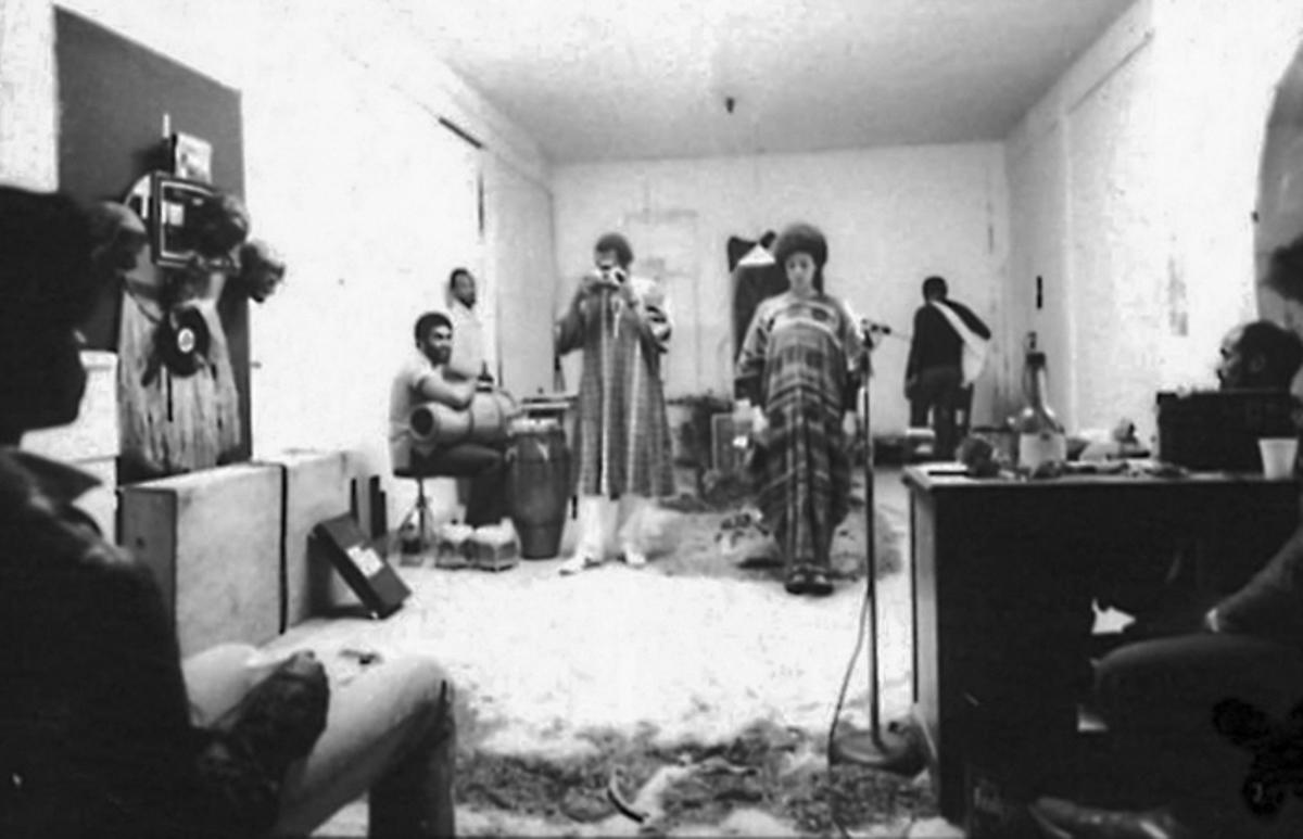 尤利西斯·詹金斯,亚当斯成为 Doggereal (1981)。表现。布鲁斯·W·塔拉蒙摄。