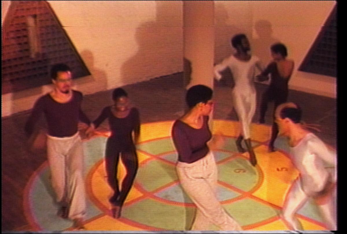 蛋糕漫步 (1983)。仍然来自带声音的彩色视频,26:28。休斯顿康威尔的表演。尤利西斯·詹金斯的视频和编辑。由艺术家提供。