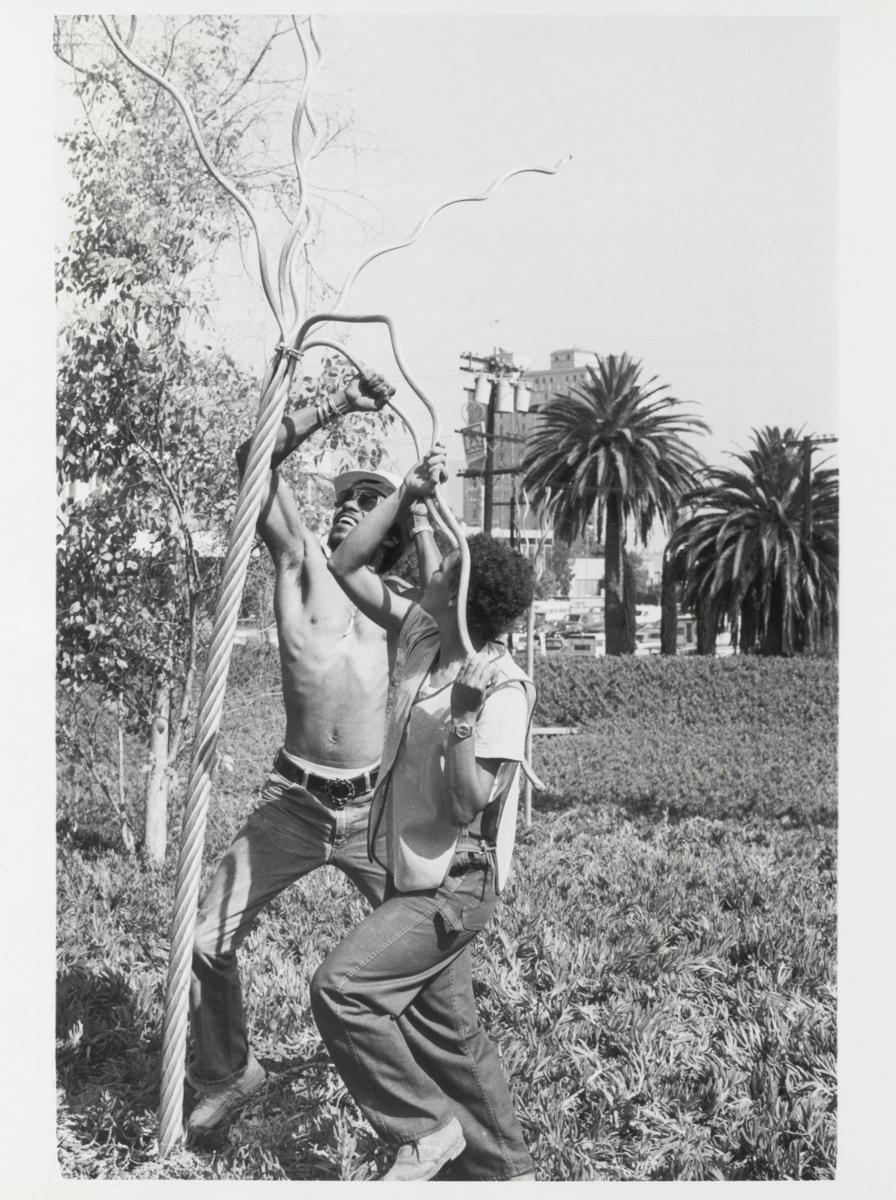 Maren Hassinger, Twelve Trees, 1979. Cuatro fotografías en blanco y negro. Tres imágenes horizontales enmarcadas: 12 ¼ x 15 ¼ x 1 ¼ pulgadas y una imagen vertical enmarcada: 15 ¼ x 12 ¼ x 1 ¼ pulgadas. Cortesía del Artista.