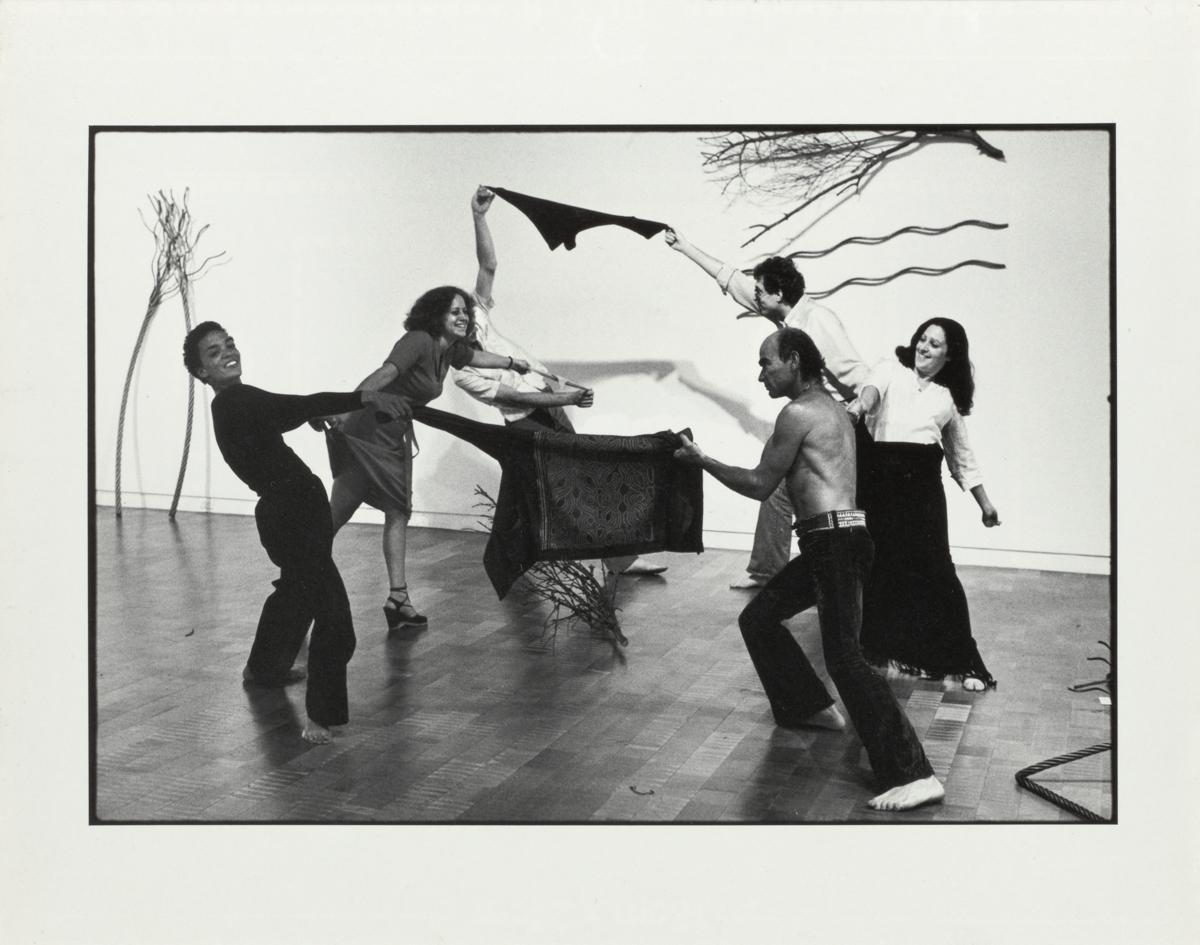 Maren Hassinger, High Noon, 1976. Cuatro fotografías en blanco y negro. Tres imágenes verticales enmarcadas: 15 ¼ x 12 ¼ x 1 ¼ pulgadas y una imagen horizontal enmarcada: 12 ¼ x 15 ¼ x 1 ¼ pulgadas. Cortesía del artista.