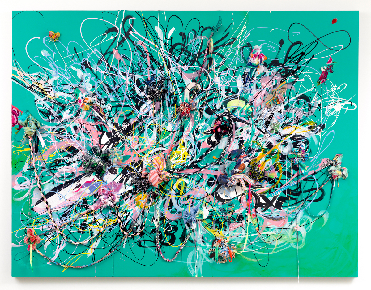 Shinique Smith,Splendid,2014 年。墨水、亚克力、织物和纸拼贴、编织纱线和丝带、珠子和木板上的捆绑织物,60 x 78 x 6 英寸。